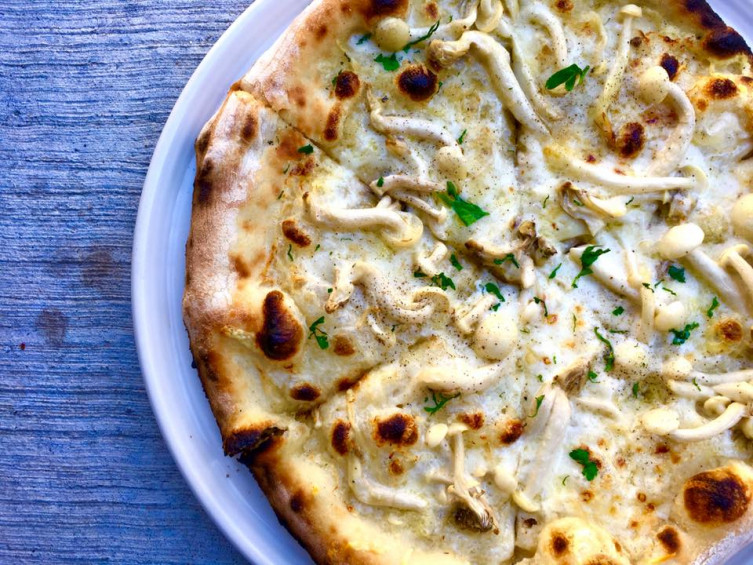 Limestone white mushroom pizza